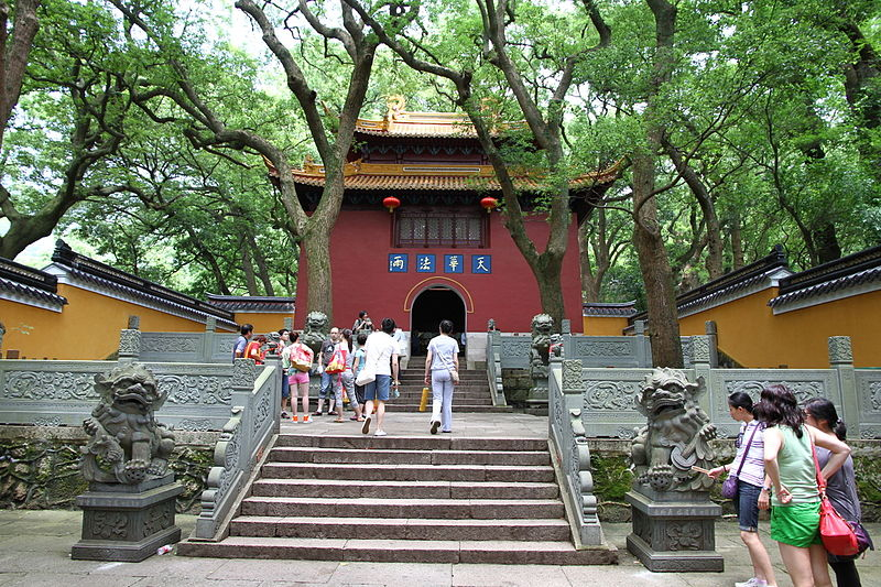 800px-Entrance_of_Fayu_Temple_on_Putuo_Shan_island_in_China